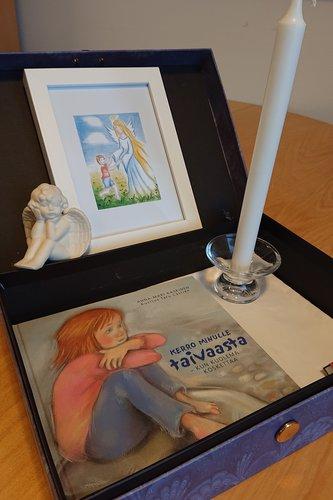 Kerro minulle taivaasta-kirja sekä kynttilä ja enkelipatsas.